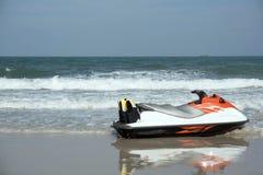 Le ski orange de jet sur la plage Images stock