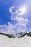 Le ski traîne la montagne lointaine hors-piste Images stock