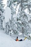 Le skieur est tombé dans la poudre profonde Photo stock