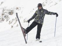 Le skieur heureux apprécie très un beau jour sur la montagne Photographie stock