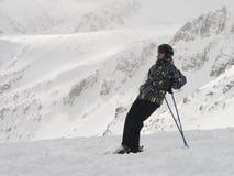 Le skieur heureux apprécie très un beau jour sur la montagne Photos stock