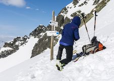 Le skieur prépare des skis pour la monte photos libres de droits