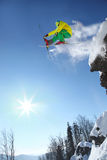 Le skieur sautant contre le ciel bleu de la roche Photo libre de droits