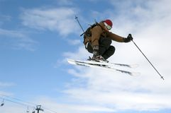 Le skieur sautant haut dans le ciel Photographie stock libre de droits