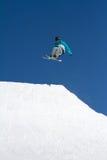 Le skieur saute en parc de neige, station de sports d'hiver Photographie stock libre de droits