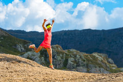 Le skyrunner de fille s'exerce en descendant Photo stock
