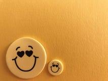 Le smiley jaune fait face sur le jaune photos stock