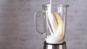 Le smoothie de banane avec la farine d'avoine, le yaourt, le sucre roux et la vanille traient banque de vidéos