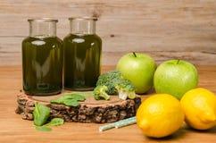 Le smoothie feuillu frais vert de verts dans le pot en verre, épinards part, Photos libres de droits