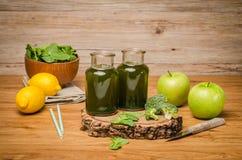 Le smoothie feuillu frais vert de verts dans le pot en verre, épinards part, Image stock