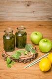 Le smoothie feuillu frais vert de verts dans le pot en verre, épinards part, Images stock