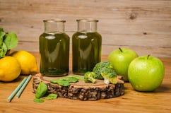 Le smoothie feuillu frais vert de verts dans le pot en verre, épinards part, Photos stock
