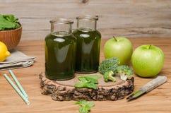 Le smoothie feuillu frais vert de verts dans le pot en verre, épinards part, Image libre de droits