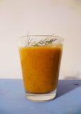 Le smoothie grec de salade avec l'aneth part sur une table bleue Images stock
