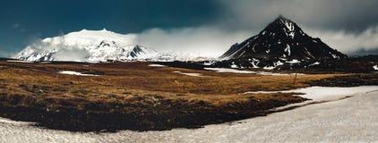 Le snaefellsnesjokull Islande de vue de nuit d'image de panorama avec l'herbe et le ciel bleu se tient le premier rôle avec des n photographie stock