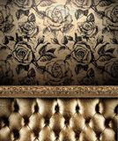 Le sofa d'or luxueux sur les roses Wallpaper le fond Image libre de droits