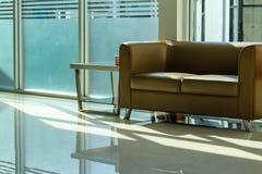 Le sofa de cuir de brun de chaise images stock