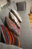 Le sofa en arête de poisson avec le tissu naturel coloré fait main turc traditionnel se repose Photographie stock