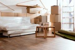 le sofa, table, a roulé des boîtes en tapis et en carton images stock