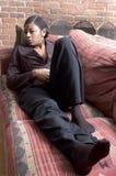 le sofakvinna royaltyfri fotografi
