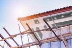 Le soffite et la fasce embarquent l'installation au site de construction de logements photographie stock libre de droits