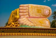 Le sogliole dei piedi Mya Tha Lyaung Reclining Buddha Pegu Myanma burma fotografia stock libera da diritti