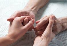 Le soin est à la maison des personnes âgées photographie stock libre de droits