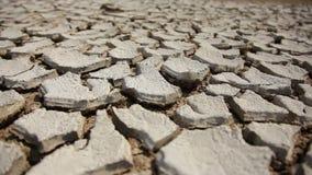 Le sol sec et criqué, se ferment  banque de vidéos