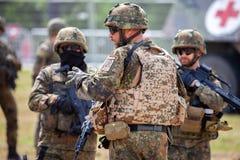 Le soldat allemand instruit des soldats photographie stock libre de droits