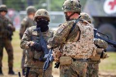 Le soldat allemand instruit des soldats photos libres de droits