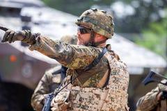Le soldat allemand instruit des soldats image libre de droits