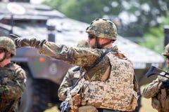 Le soldat allemand instruit des soldats image stock