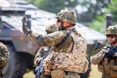 Le soldat allemand instruit des soldats photos stock