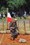 Le soldat allemand se tient prêt un drapeau allemand Image stock