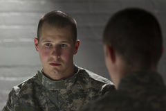 Le soldat console le pair avec PTSD, horizontal Images stock