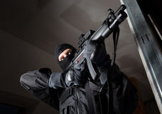 Le soldat de forces spéciales est visant et tirant sur la cible Image stock