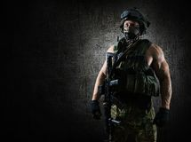 Le soldat de l'unité spéciale est dans la pleine vitesse au briefing images libres de droits