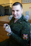 Le soldat des troupes internes prépare la forme pour le défilé Photographie stock