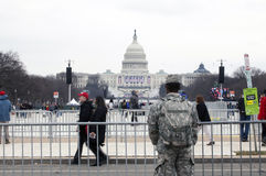 Le soldat des USA fait face au bâtiment de capitol pendant l'inauguration de Donald Photos stock