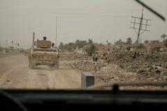 Le soldat des USA observe les enfants irakiens Image libre de droits
