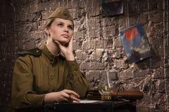 Le soldat féminin soviétique dans l'uniforme de la deuxième guerre mondiale rêve Image stock