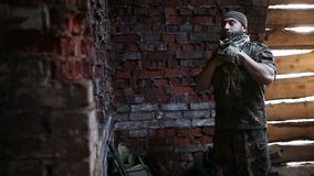 Le soldat prépare des uniformes banque de vidéos