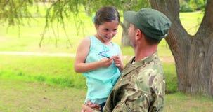 Le soldat réunissent à sa fille banque de vidéos