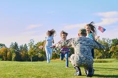 Le soldat rencontre sa famille dehors Image libre de droits