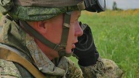 Le soldat russe parle par le téléphone portable FullHD banque de vidéos