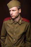 Le soldat russe regarde quelque chose Photographie stock libre de droits
