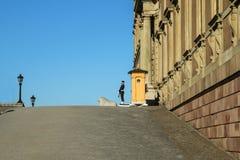Le soldat se tient prêt le palais royal images stock