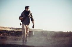 Le soldat seul va sur la route Images stock