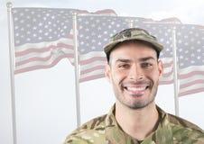 Le soldaten framme av amerikanska flaggan arkivfoton