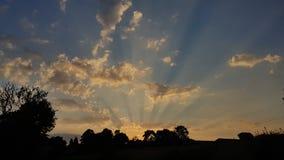 Le soleil étonnant rayonne le coucher du soleil photographie stock